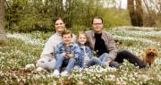2021年5月23日,瑞典王室facebook發放女王儲維多利亞公主一家四口新合照。(Kungahuset facebook圖片)