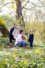 瑞典女王儲維多利亞公主(前,抱着小狗)一家四口合照。(Kungahuset facebook圖片)