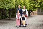 瑞典女王儲維多利亞公主(後排右)與丈夫Prince Daniel(後排左)與一對子女。(Kungahuset facebook圖片)