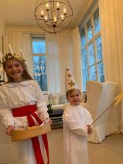 2018年12月13日是St. Lucia's Day,愛絲黛小公主(左)和奧斯卡小王子(右)穿上白長袍和配飾,由媽媽女王儲維多利亞公主親自拍攝。(Kungahuset facebook圖片)