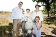 2018年暑假,女王儲維多利亞公主(後排右)與夫婿Prince Daniel(後排左)、6歲多女兒愛絲黛小公主(前)、2歲多的奧斯卡小王子(後排中)在夏宮Solliden共享天倫之樂。(Kungahuset facebook圖片)