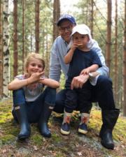 瑞典Prince Daniel(中)與女兒愛絲黛小公主(左)和兒子奧斯卡小王子(右)在野外郊遊,照片由女王儲維多利亞公主拍攝。(Kungahuset Instagram圖片)