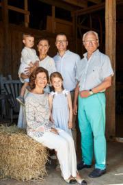 瑞典國王卡爾十六世(後排右)、王后Queen Silvia(前排左)、女王儲維多利亞公主(後排左二)一家四口在厄蘭島夏宮Solliden合照,三代同堂一起放暑假。(Kungahuset facebook圖片)