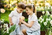 2018年5月18日,王室發布Princess Estelle(右)和弟弟Prince Oscar(左)的照片。(www.kungahuset.se網站圖片)