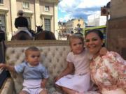 2017年7月,瑞典女王儲維多利亞公主(右)40歲生日,與一對子女乘坐馬車。(kungahuset instagram圖片)