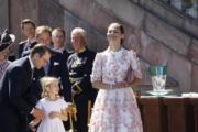 瑞典女王儲維多利亞公主(右)與女兒Princess Estelle(中)穿上「母女裝」。(法新社)