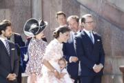 愛絲黛小公主(PrincessEstelle)(中)向媽媽維多利亞公主撒嬌。(法新社)