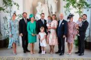 瑞典主要王室成員:馬德琳公主(左一)與夫婿、瑞典王后(左三)、維多利亞公主一家四口(中)、瑞典國王(右四)、瑞典王子Prince Carl Philip一家(右)合照。(法新社)