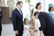 Princess Estelle小公主穿上白裙,束起孖辮十分可愛。(法新社)
