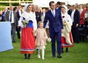 瑞典女王儲維多利亞公主(左)與女兒Princess Estelle(中)及丈夫Prince Daniel出席慶祝活動。(法新社)