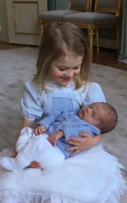 愛絲黛小公主(Princess Estelle)和奧斯卡小王子(Prince Oscar),照片由Prince Daniel拍攝。 (kungahuset facebook圖片)