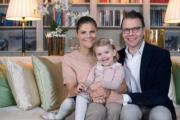 2015年,左起:瑞典王儲維多利亞公主(Crown Princess Victoria)、女兒愛絲黛小公主(Princess Estelle)、夫婿Prince Daniel (kungahuset facebook圖片)