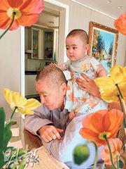 與7個月大貝貝共度首個父親節幸福滿滿 82歲劉詩昆被愛女冧到無法自拔