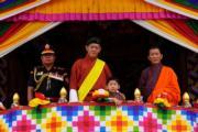 2021年8月19日,不丹國王基沙爾(左二)及小王儲(左三)。(Jetsun Pema facebook圖片)