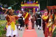2021年8月19日,不丹國王基沙爾牽着小王儲。(Jetsun Pema facebook圖片)