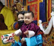 2021年4月14日,不丹王后佩馬抱着二王子Jigme Ugyen Wangchuck。(Jetsun Pema facebook圖片)