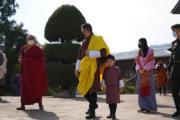 2021年4月14日,不丹國王基沙爾(左二)、小王儲Jigme Namgyel Wangchuck(左三)及王后佩馬(左四)。(Jetsun Pema facebook圖片)