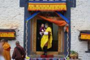 2021年4月14日,不丹國王基沙爾抱着二王子Jigme Ugyen Wangchuck。(Jetsun Pema facebook圖片)