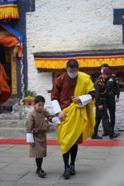 2021年4月14日,不丹國王基沙爾(右)及小王儲Jigme Namgyel Wangchuck(左)。(Jetsun Pema facebook圖片)
