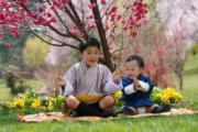 2021年3月19日,不丹小王儲Jigme Namgyel Wangchuck(左)與弟弟Jigme Ugyen Wangchuck(右)。(His Majesty King Jigme Khesar Namgyel Wangchuck facebook圖片)