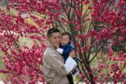 2021年3月19日,不丹國王基沙爾抱着二王子Jigme Ugyen Wangchuck(右)。(His Majesty King Jigme Khesar Namgyel Wangchuck facebook圖片)