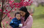 2021年3月19日,不丹王后佩馬抱着二王子Jigme Ugyen Wangchuck。(His Majesty King Jigme Khesar Namgyel Wangchuck facebook圖片)