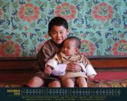 不丹王室網站發放11月月曆桌布,照片中小王儲抱着弟弟展露微笑。(yellow.bt網站圖片)