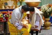 2020年6月30日,不丹國王基沙爾抱着二王子,小王儲(右)望着弟弟展露笑容。(His Majesty King Jigme Khesar Namgyel Wangchuck facebook圖片)