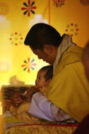2020年6月30日,二王子在國王的懷抱裏眼仔碌碌,相當可愛。(His Majesty King Jigme Khesar Namgyel Wangchuck facebook圖片)
