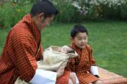 2020年5月29日,不丹國王基沙爾抱着二王子。右為小王儲(右)。(His Majesty King Jigme Khesar Namgyel Wangchuck facebook圖片)