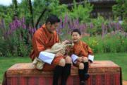 2020年5月29日,不丹國王基沙爾抱着二王子,小王儲坐在一旁開心笑。(His Majesty King Jigme Khesar Namgyel Wangchuck facebook圖片)