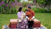 2020年5月29日,不丹小王儲坐在國王腿上,熱情撫摸由王后媽媽抱着的弟弟。 (His Majesty King Jigme Khesar Namgyel Wangchuck facebook圖片)