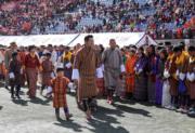 2019年12月18日,不丹國王基沙爾牽着小王儲Jigme Namgyel Wangchuck,與民眾見面。(His Majesty King Jigme Khesar Namgyel Wangchuck facebook圖片)