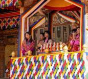2019年12月18日,不丹王后佩馬(左)、小王儲Jigme Namgyel Wangchuck(前排左二),與其他王室成員出席國慶日活動。(His Majesty King Jigme Khesar Namgyel Wangchuck facebook圖片)