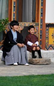 2019年8月19日,日皇德仁的弟弟文仁夫婦與兒子悠仁到訪不丹,悠仁(左)與不丹小王儲Jigme Namgyel Wangchuck(右)(His Majesty King Jigme Khesar Namgyel Wangchuck facebook圖片)