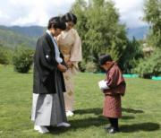 2019年8月19日,日皇德仁的弟弟文仁夫婦與兒子悠仁到訪不丹,悠仁(前排左)與母親紀子(後排),以及不丹小王儲Jigme Namgyel Wangchuck(右)(His Majesty King Jigme Khesar Namgyel Wangchuck facebook圖片)