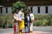 2019年8月19日,日皇德仁的弟弟文仁夫婦(後排右)及悠仁(前排)到訪不丹,與不丹國王及王后(後排左)見面。(His Majesty King Jigme Khesar Namgyel Wangchuck facebook圖片)