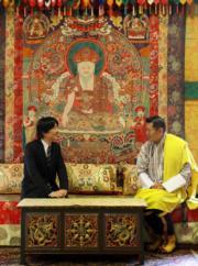 2019年8月19日,日皇德仁的弟弟文仁夫婦與兒子悠仁到訪不丹,文仁(左)與不丹國王基沙爾(右)(His Majesty King Jigme Khesar Namgyel Wangchuck facebook圖片)
