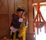 2018年12月20日,不丹國王一家三口出席活動。圖為不丹國王基沙爾抱着小王儲Jigme Namgyel Wangchuck。(His Majesty King Jigme Khesar Namgyel Wangchuck facebook圖片)