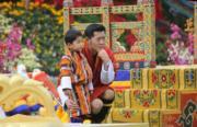 2018年12月17日,不丹國王基沙爾(右)蹲下來輕摟小王儲(左)。(His Majesty King Jigme Khesar Namgyel Wangchuck facebook圖片)