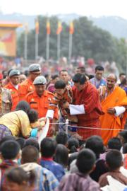 2018年12月17日,不丹國王基沙爾(中排右二)抱着小王儲(中)與民眾近距離交流。(His Majesty King Jigme Khesar Namgyel Wangchuck facebook圖片)