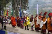 2018年4月27日,不丹國王基沙爾抱着小王儲 (中) 前往寺廟Gangtey Sangngak Choeling monastery。(His Majesty King Jigme Khesar Namgyel Wangchuck facebook圖片)