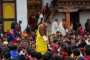 不丹國王基沙爾(中)拖着小王儲。(His Majesty King Jigme Khesar Namgyel Wangchuck facebook圖片)