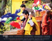 2017年11月,不丹王室在網上發放國王基沙爾讓小王儲Jigme Namgyel Wangchuck「騎膊馬」的溫馨合照。(不丹王室網站圖片)