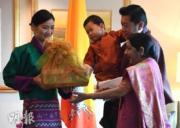 2017年11月1日,不丹國王基沙爾、王后佩馬、小王儲Jigme Namgyel Wangchuck外訪印度,與印度外長斯瓦拉杰(右)見面。(法新社)