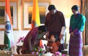 印度外長斯瓦拉杰(左)輕觸小王儲Jigme Namgyel Wangchuck(前)的下巴。(法新社)