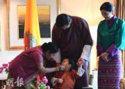 (後排左起)印度外長斯瓦拉杰、不丹國王基沙爾、王后佩馬、小王儲Jigme Namgyel Wangchuck(前)。(法新社)