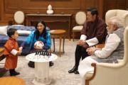 2017年11月,不丹國王基沙爾(右二)與王后佩馬(左二)、小王儲Jigme Namgyel Wangchuck(左)展開第二日訪印行程,印度總理莫迪(右)設宴款待。(Jetsun Pema facebook圖片)