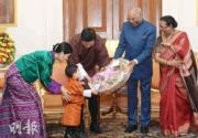 2017年11月,小王儲Jigme Namgyel Wangchuck(左二)向印度總統考文德(Ramnath Kovind)送上禮物。(法新社)