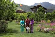 2017年6月,日本真子公主(左一)訪問不丹,與不丹國王王后和小王儲合照。(法新社)